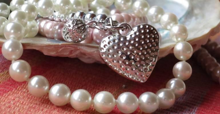 Jessie și colierul de perle